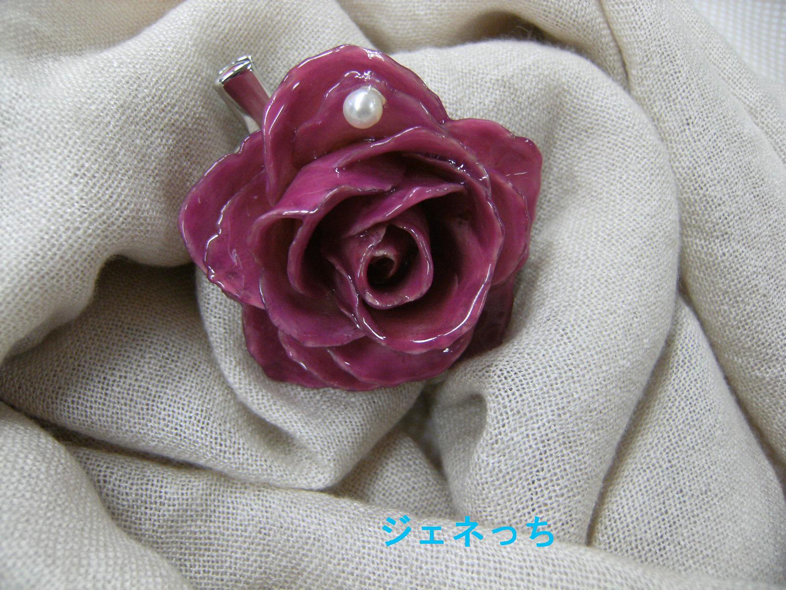 バラのブローチ